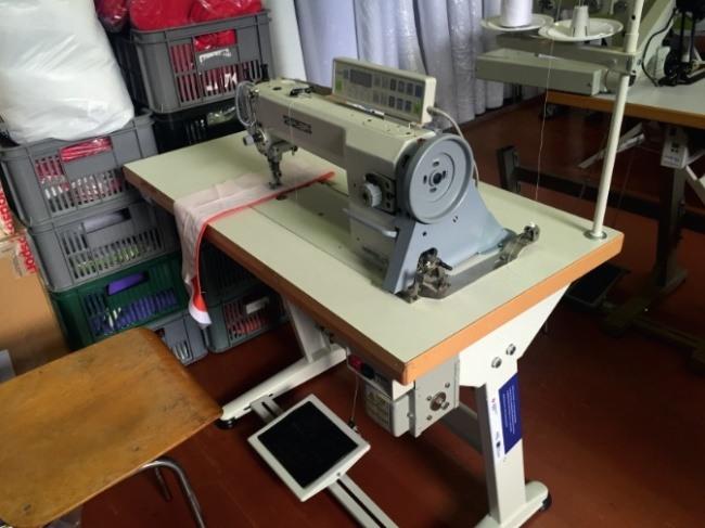 Šicí stroj se spodním a horním podáváním a odstřihem