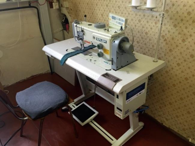 Šicí stroj s trojím podáváním